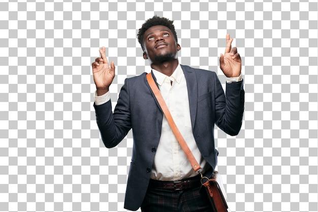 Junger schwarzer geschäftsmann, der boshaft lächelt, während er ein versprechen schwört