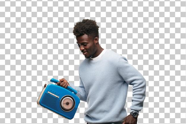 Junger schwarzer mann mit einem blauen radio der weinlese