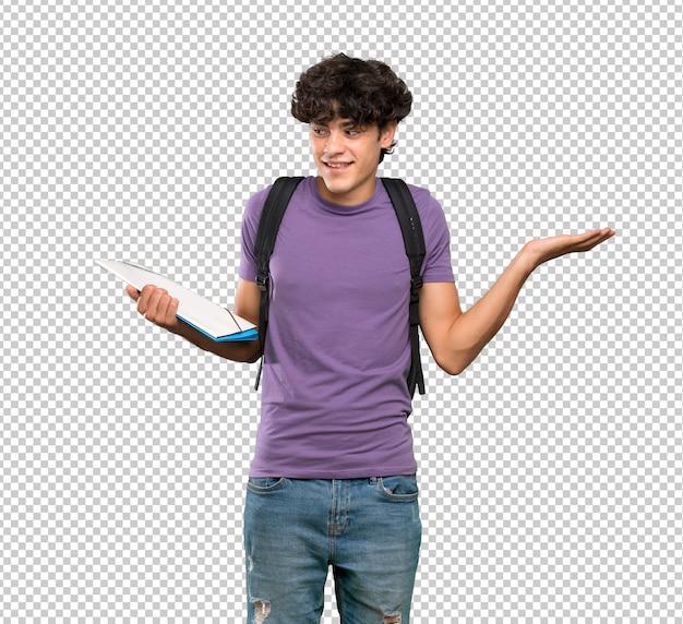 Junger studentenmann, der copyspace mit zwei händen hält