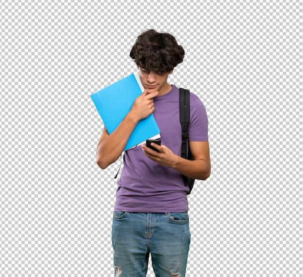 Junger studentenmann, der eine mitteilung denkt und sendet