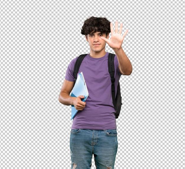 Junger studentenmann, der fünf mit den fingern zählt