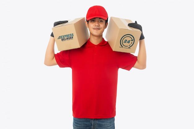 Junger zusteller, der papierkarton-modell hält