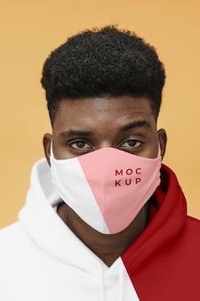 Junges männliches porträt mit kovid-maske