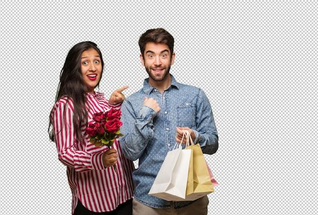 Junges paar am valentinstag überrascht, fühlt sich erfolgreich und wohlhabend
