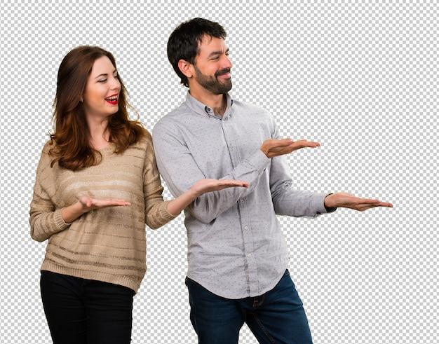 Junges paar, das etwas darstellt