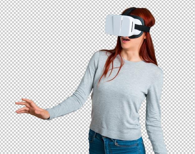 Junges rothaarigemädchen, das vr-gläser verwendet. virtual-reality-erfahrung