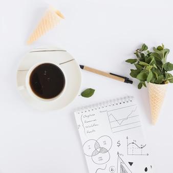 Kaffee und notizblockmodell mit internet des sachenkonzeptes