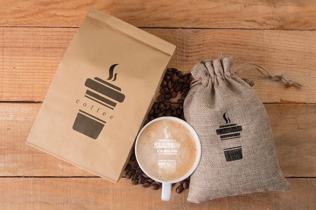 Kaffeebohnen mit becher daneben