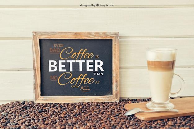 Kaffeedekoration mit lehnender schiefer und glas