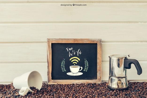 Kaffeedekoration mit lehnender schiefer