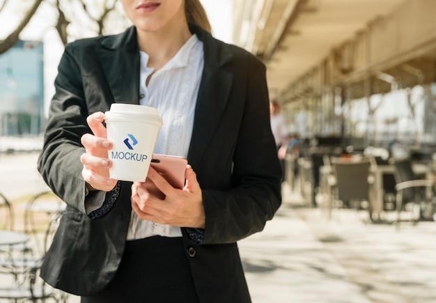 Kaffeedesign mit modellschablone