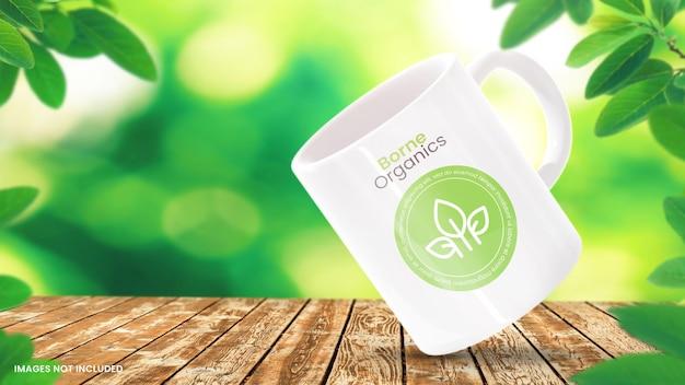 Kaffeetassenmodell auf holztisch mit natürlichem hintergrund