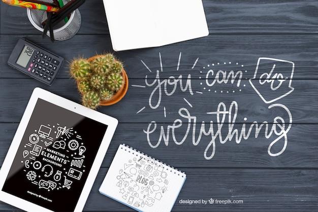 Kaktus und tablet auf dem schreibtisch