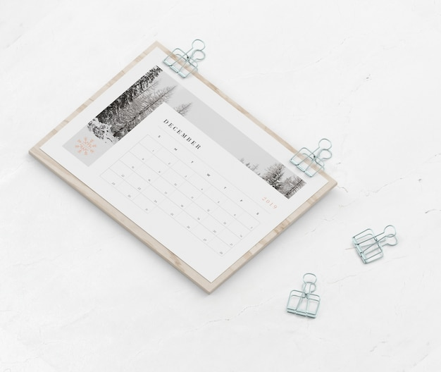 Kalender auf holzbrett mit clippers gefangen