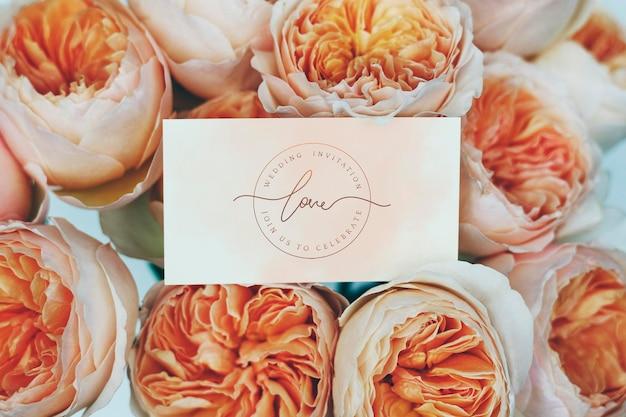 Karte auf einem strauß orangefarbener rosen