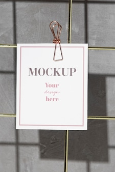 Karte, die auf gitternotizbrett mit clip hängt