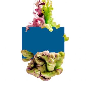 Karte und bunte tinte isoliert. grüner lila tropfen, der unter wasser wirbelt. tintenwolke im wasser.