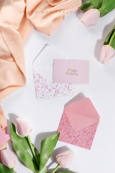 Karten- und umschlägemodell mit tulpen