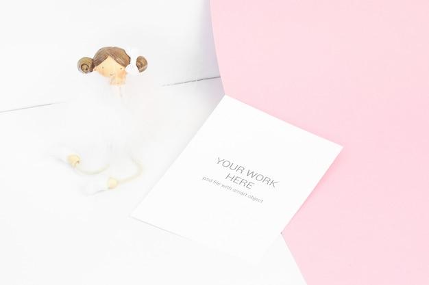 Kartenmodell auf rosa hintergrund mit mädchen Premium PSD
