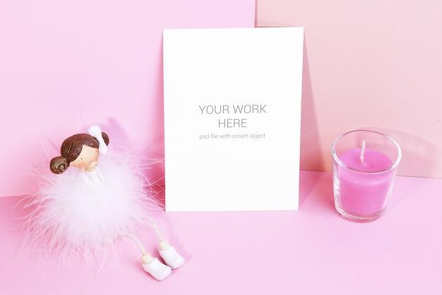 Kartenmodell mit figürchen und rosa kerze