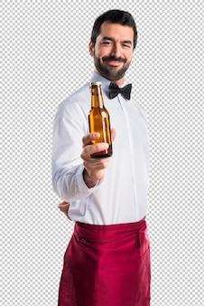 Kellner, der ein bier anhält