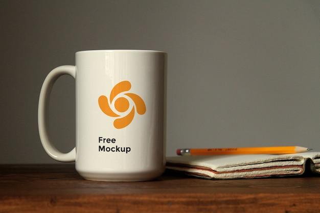 Keramik cup auf tabelle mockup