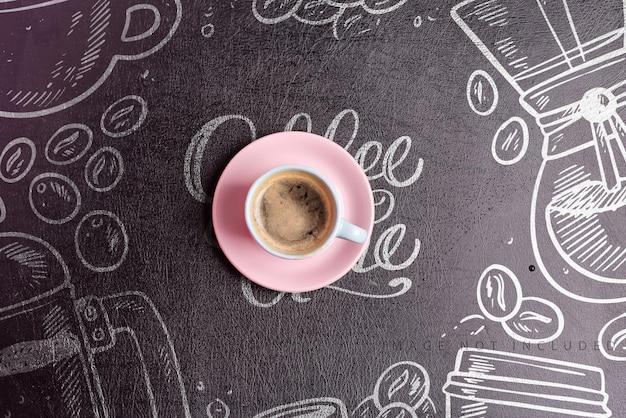 Keramikbecher mit frisch gebrühtem aromatischem morgenkaffeegetränk auf einem modell des schwarzen künstlichen öko-lederhintergrunds des modells, kopienraum. flach liegen.
