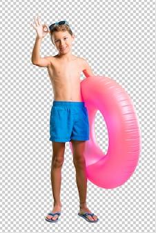 Kind in den sommerferien, die ein okayzeichen mit den fingern zeigen