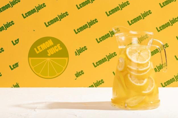 Klassisches limonadenglas mit modell