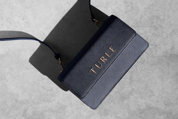 Kleine luxus-tasche mit logo-mockup