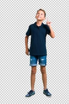 Kleiner junge, der eine idee steht und denkt