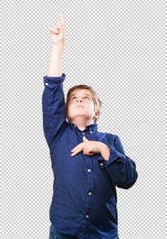 Kleiner junge, der oben mit seinem finger zeigt