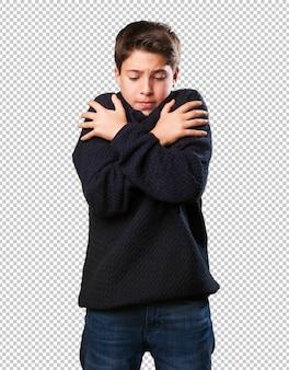 Kleiner junge mit erkältung