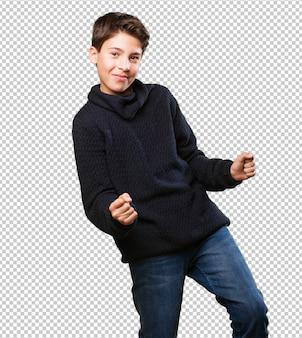 Kleiner junge tanzt