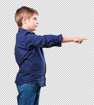 Kleiner junge zeigt mit der hand