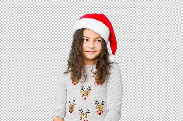 Kleines mädchen, das den weihnachtstag träumt vom erreichen von zielen und von zwecken feiert