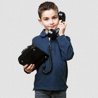 Kleinkind, das mit telefon benennt