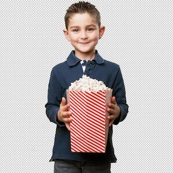 Kleinkind, das popcorn isst