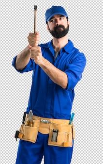 Klempner, der einen hammer hält