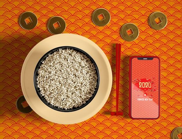 Köstliche schüssel der draufsicht des reis- und telefonmodells
