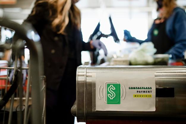 Kontaktloses bezahlen auf einem papiermodell während der coronavirus-pandemie