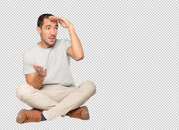 Konzentrierter junger mann mit einer geste des wegschauens