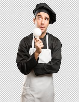 Konzept eines jungen kochs mit einer idee