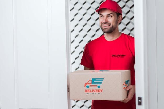 Kostenlose lieferung ohne unterbrechung und smiley-postbote