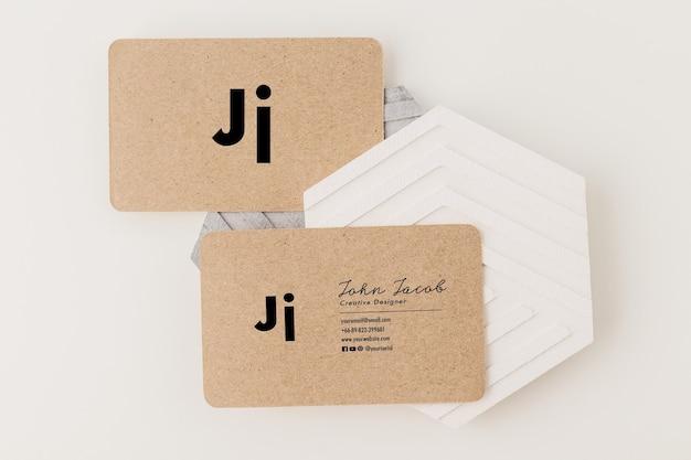 Kraftpapier-visitenkarten-mockup-vorlage, minimaler stil.