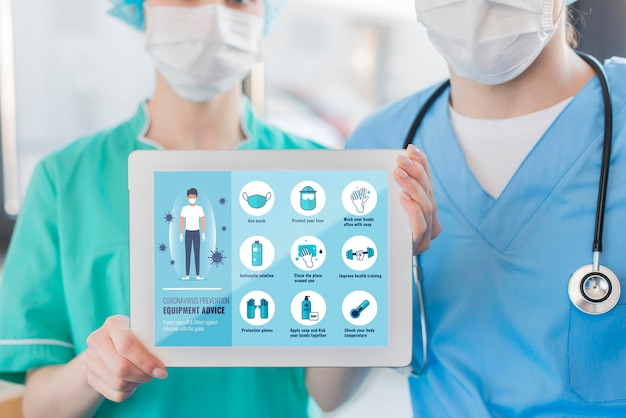Krankenschwestern halten tablette mit anweisungen