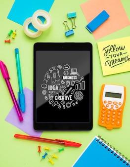 Kreative mitteilung auf tablette auf schreibtisch