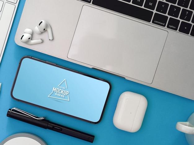 Kreativer flacharbeitsbereich mit smartphone
