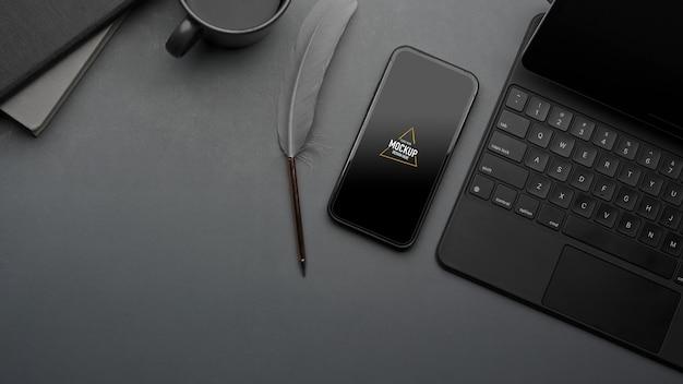 Kreativer flat-lay-arbeitsbereich mit smartphone-modell