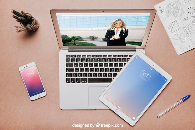 Kreatives arbeitsplatzmodell mit laptop und tablette